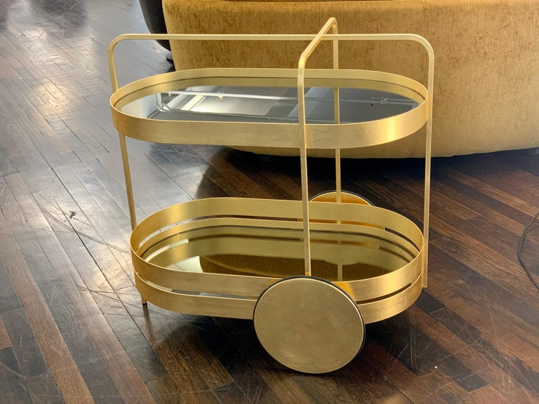 Glamour and grace. The Grace gold edition serving trolley is an absolute interior highlight, available in a limited edition of just 50 units. Its Minimalist forms are the perfect example of a modern take on the Classic serving trolley. Clean lines