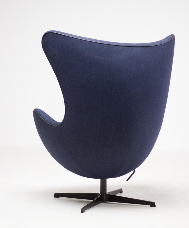 Limited Edition Blue Canvas Egg Chair by Arne Jacobsen For Sale 1