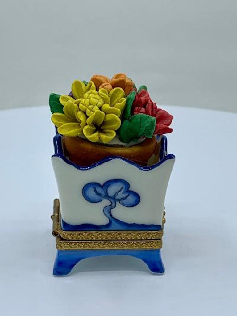 Limoges France Hand Painted Blue Willow Design Flower Pot Porcelain Trinket Box In Excellent Condition In Tustin, CA