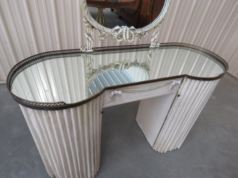 Linenfold Style Vanity with Mirror attr Grosfeld House In Good Condition For Sale In Swedesboro, NJ