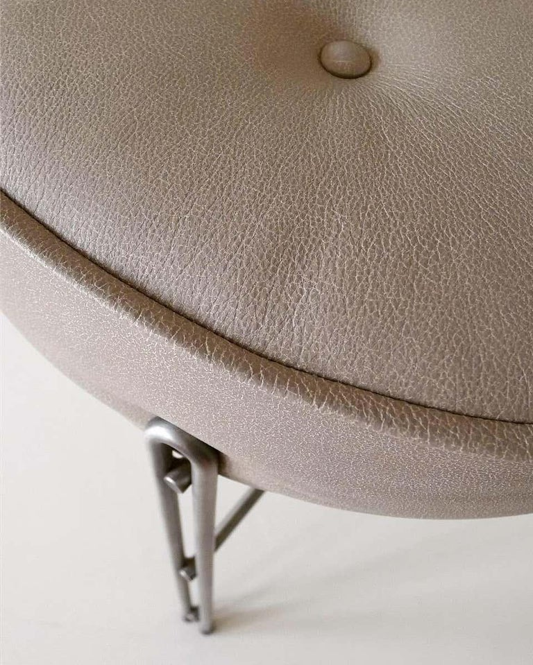 Linha Upholstered Stool in Leather In New Condition For Sale In Sao Paulo, Sao Paulo