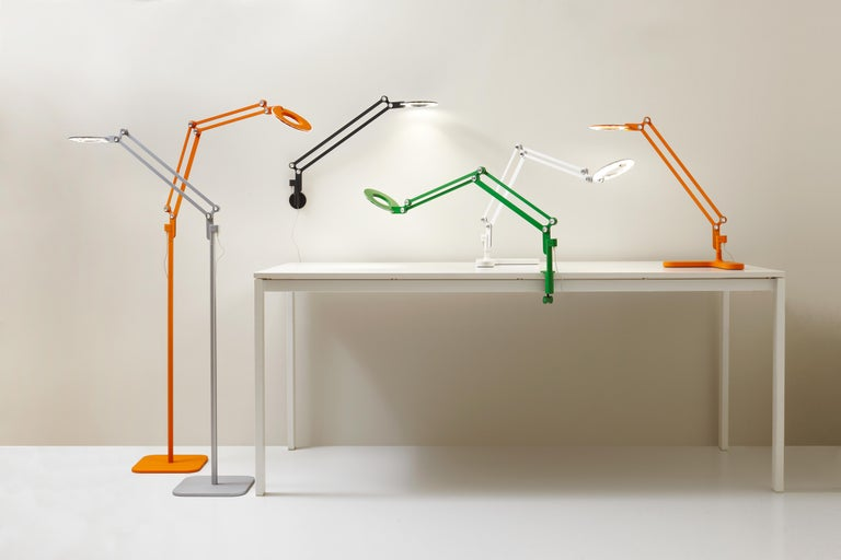 Link modernizes the classic pantograph task lamp, incorporating the most advanced LED lighting technology to date. Designed with a dual-purpose shade/handle, link seamlessly balances performance and style to satisfy focused lighting needs in any