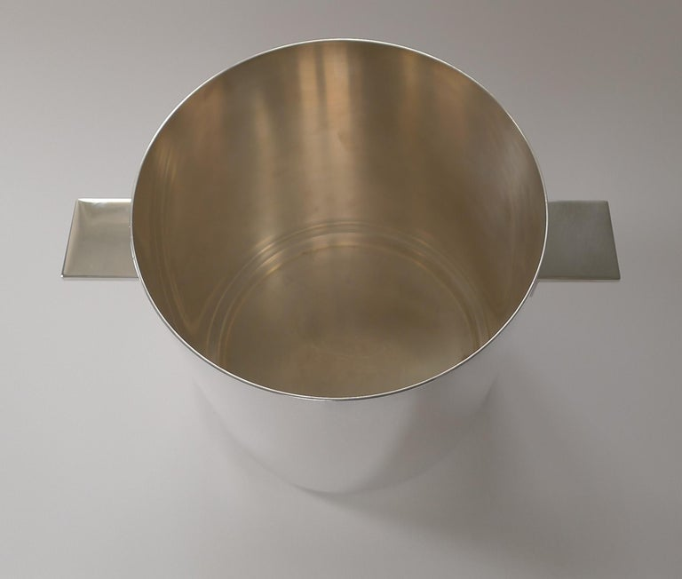 A magnificent, stylish and Modernist silver plated Champagne bucket designed by the world famous Lino Sabatinni, the preeminent figure in modern Italian silver and metalware design.  The design was manufactured by the creme de la creme of French