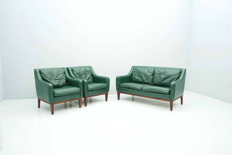 Living Room Set in Green Leather Sofa and Lounge Chairs Italy 1958 Teak In Good Condition For Sale In Frankfurt / Dreieich, DE