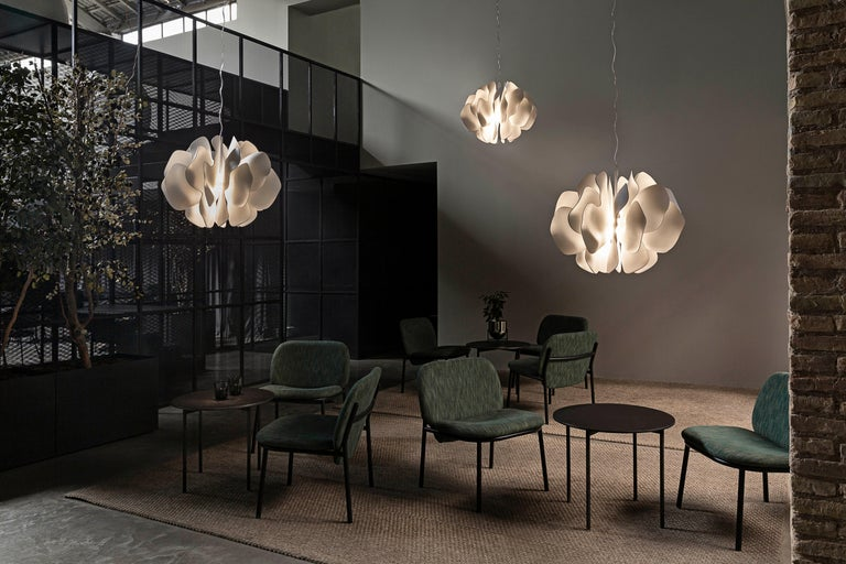 Porcelain hanging lamp with a spectacular design inspired by the petals of a flower delicately swaying in the breeze. This work is part of the lighting collection created by Marcel Wanders in partnership with Lladró. A novel, contemporary design