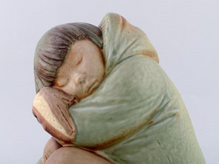 Lladro, Spain. Large sculpture in glazed ceramics. Eskimo girl, 1980s. Measures: 26 x 21 cm. In very good condition. Stamped.