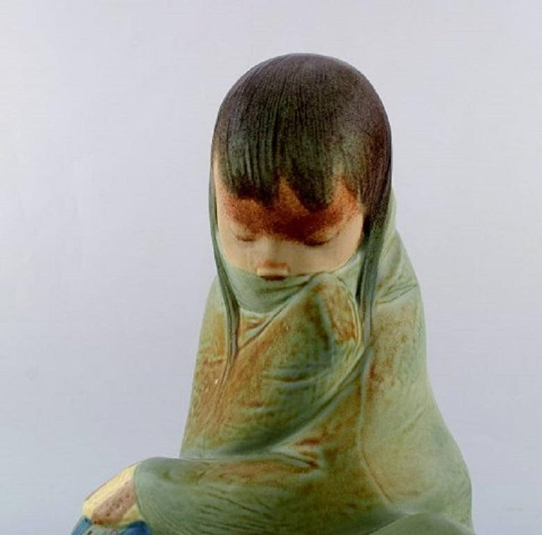 Lladro, Spain. Large sculpture in glazed ceramics. Sitting girl. 1980s. Measures: 30 x 21 cm. In very good condition. Stamped.