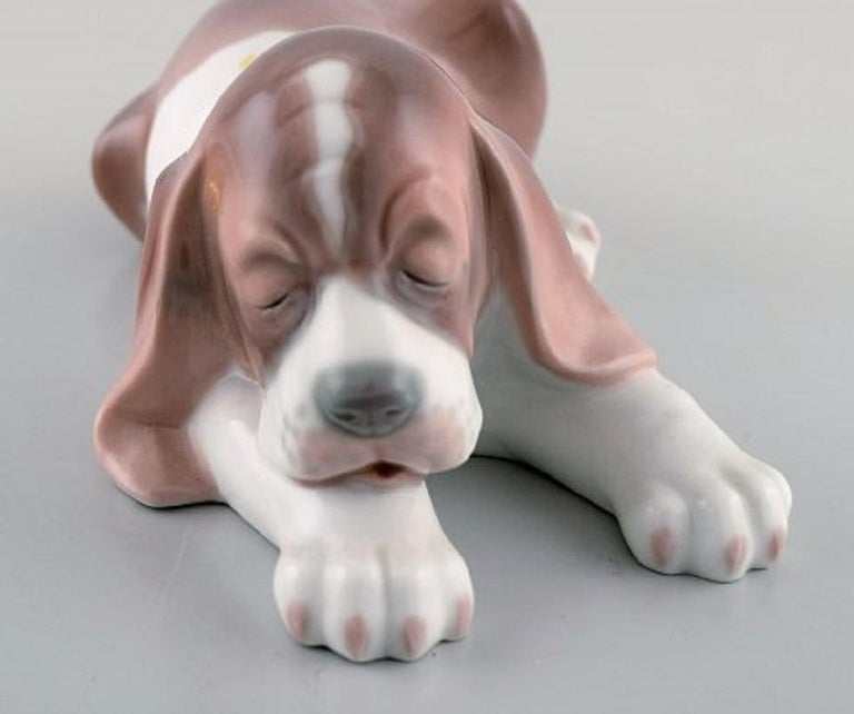 Lladro, Spain, Three Porcelain Figurines, Sleeping Dog and Two Puppies In Good Condition For Sale In Copenhagen, Denmark