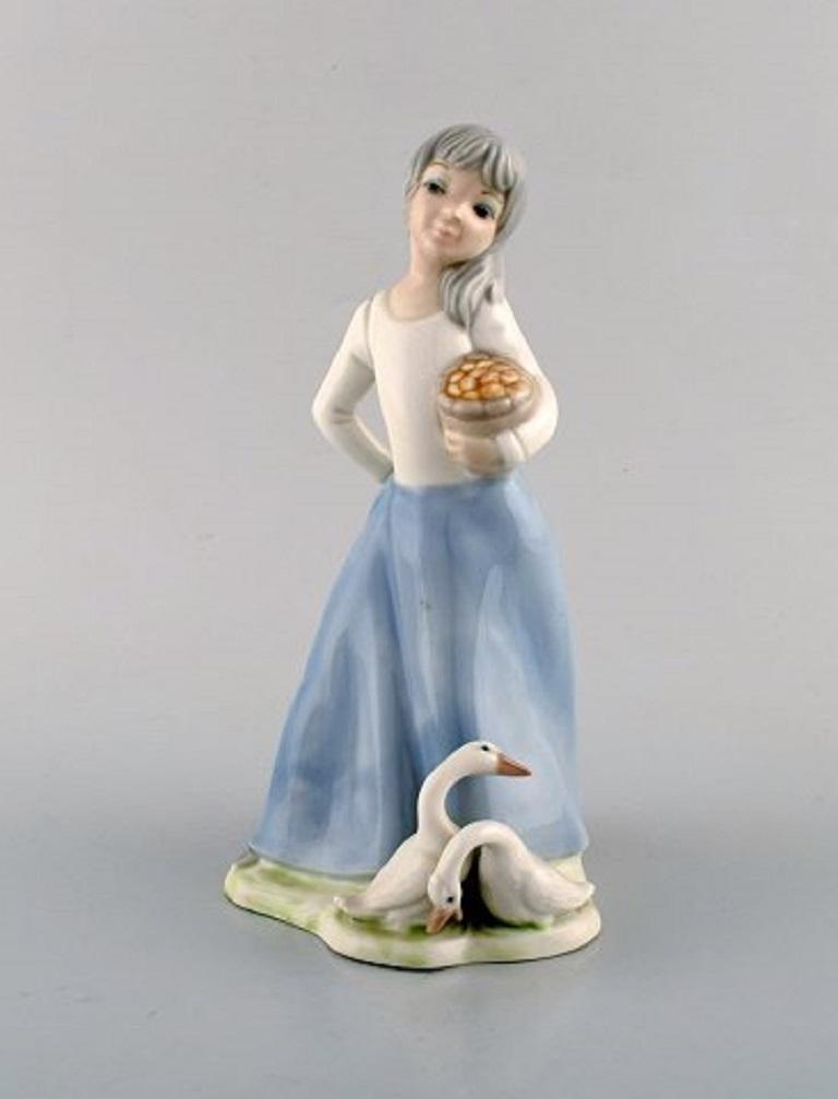 Lladro, Tengra and Zaphir, Spain, Four Porcelain Figurines of Children In Good Condition For Sale In Copenhagen, Denmark