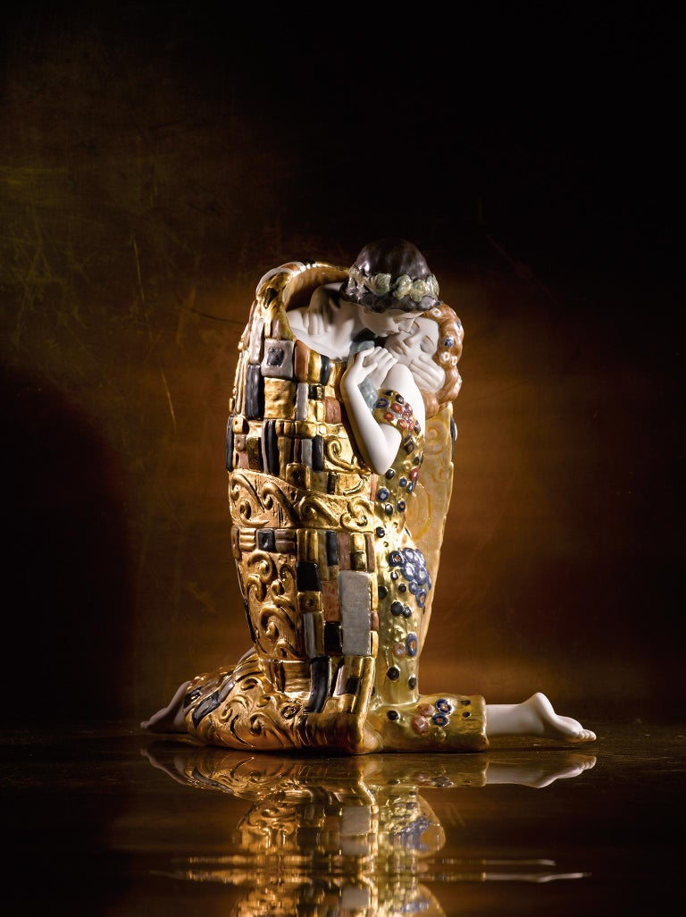 Porcelain sculpture of a representation of the work of the painter Gustav Klimt with great decoration with different types of gilded luster. This piece, inspired by the most famous work of the Viennese painter, was made to mark the 150th anniversary
