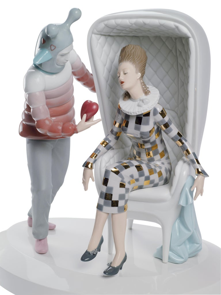 Glossy porcelain figurine designed by Jaime Hayon with a modern design of a family decorated with bright colors and golden luster. Like all the pieces in Jaime Hayon's The Fantasy collection, this creation arises from the fusion of a Classic Lladró