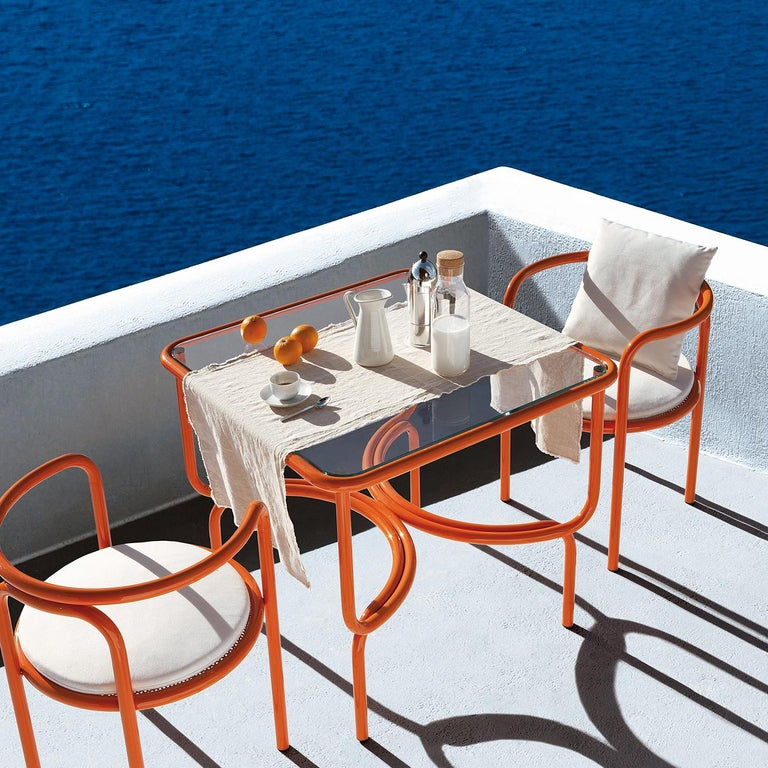 This dining table is an original design from the Locus Solus series of outdoor furniture designed by Gae Aulenti in 1964, brought back by Exteta in 2016. The linear frame of tubular steel is enriched by unexpected curves along the base that recall