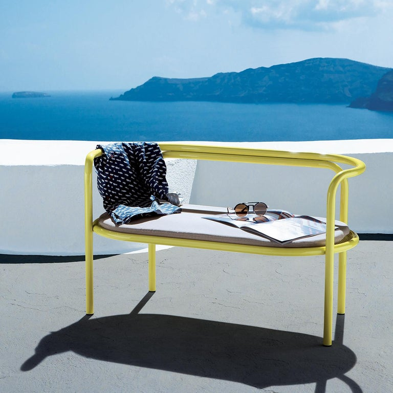 Part of a complete outdoor collection designed by Italian architect Gae Aulenti in 1964 and re-introduced by Exteta in 2016, this striking loveseat is characterized by a simple silhouette imbued with bold chromatic aesthetic qualities. The bright