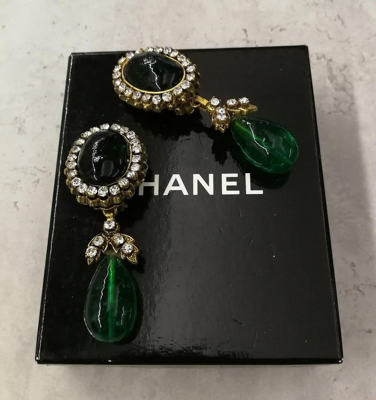 Long emerald poured glass, paste and gilded metal drop earrings, Chanel, 1980s For Sale 8
