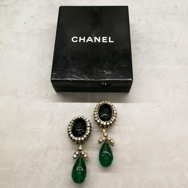 Long emerald poured glass, paste and gilded metal drop earrings, Chanel, 1980s In Good Condition For Sale In London, GB