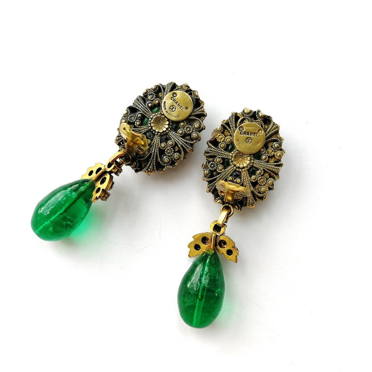 Long emerald poured glass, paste and gilded metal drop earrings, Chanel, 1980s For Sale 3