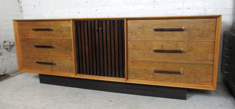 Long Mid-Century Modern Dresser In Good Condition For Sale In Brooklyn, NY