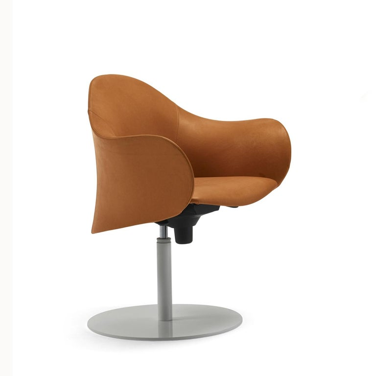 The Lopod collection is designed for both residential and office use. This armchair features a polyurethane outer shell completely covered in Natural-colored leather and a cold-moulded, flexible internal structure. Its aluminum disc base is painted