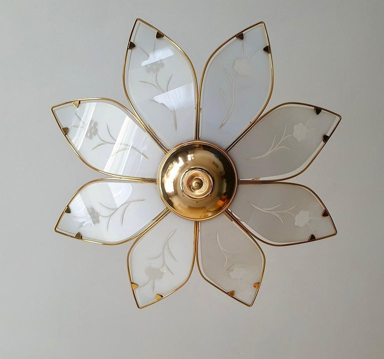 Lotus Chandelier in Brass and White Murano Glass In Good Condition For Sale In Antwerp, BE