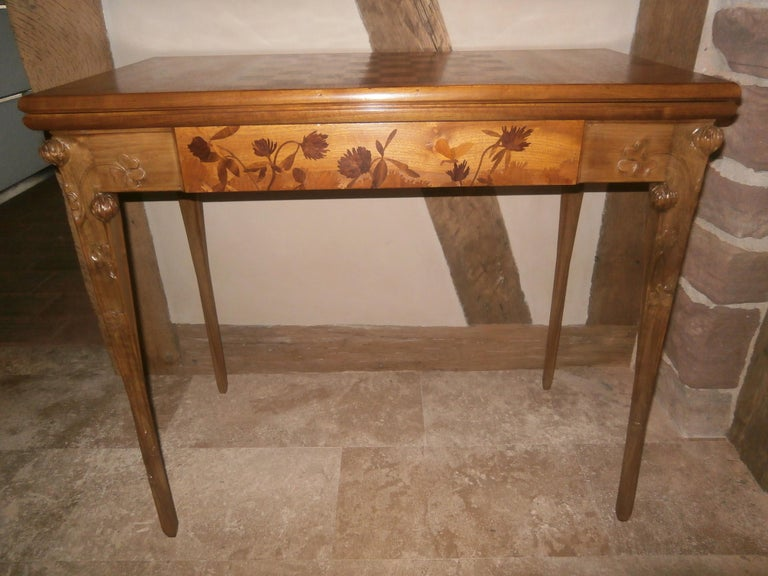 Art Nouveau Nancy School Majorelle \game table made in walnut wood veneer ornementations with stems, leaves and flowers decoration inlaid marquetry top and carved legs and skirt. Signed L.Majorelle Nancy Featuring three leaf clovers symbol of