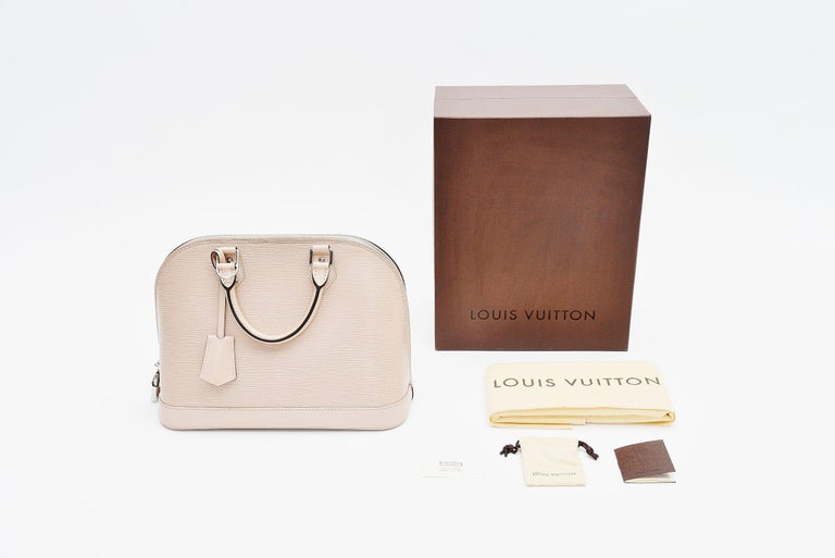 From the collection of Savineti we offer this Louis Vuitton Alma bag: -	Brand: Louis Vuitton -	Model: Alma -	Year: 2014 -	Code: FL3194 -	Condition: very good -	Materials: epi leather, silver-toned hardware  -	Extras: Full-Set (box, dustbag, keys