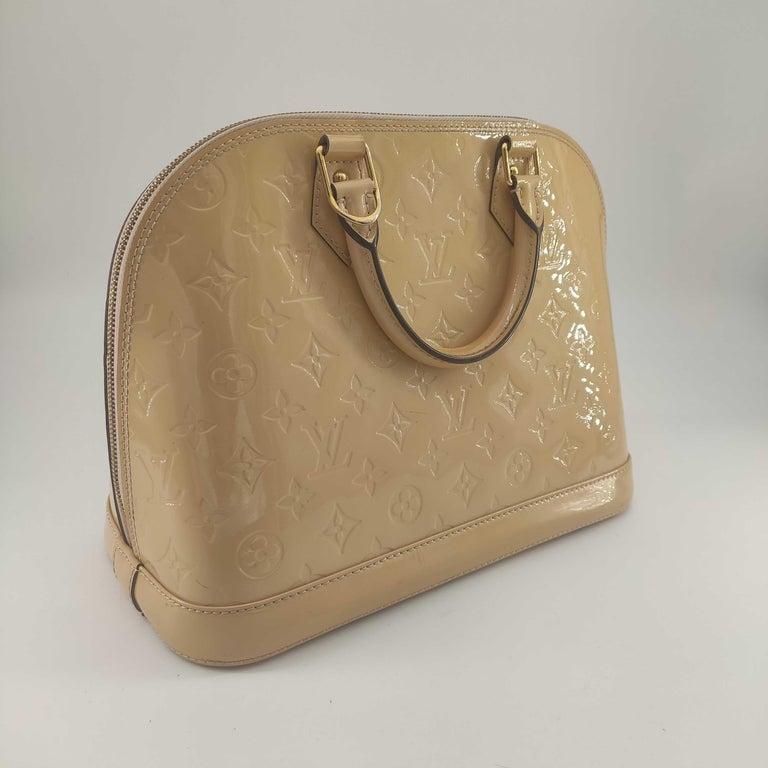 - Designer: LOUIS VUITTON - Model: Alma - Condition: Very good condition. Exterior stains - Accessories: Dustbag - Measurements: Width: 30cm, Height: 23cm, Depth: 14.5cm - Exterior Material: Leather - Exterior Color: Beige - Interior Material: