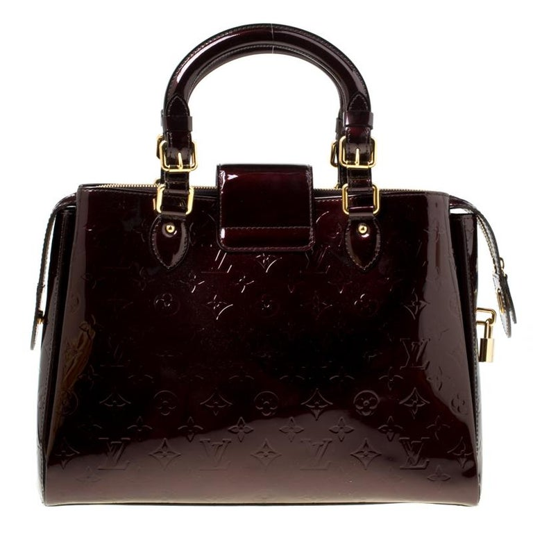 Looking for an every-day bag with just the right coat of luxury? Your quest ends here with this Melrose Avenue from Louis Vuitton. Wonderfully crafted from Monogram Vernis leather, the bag brings a lovely shade, two top handles and a spacious fabric