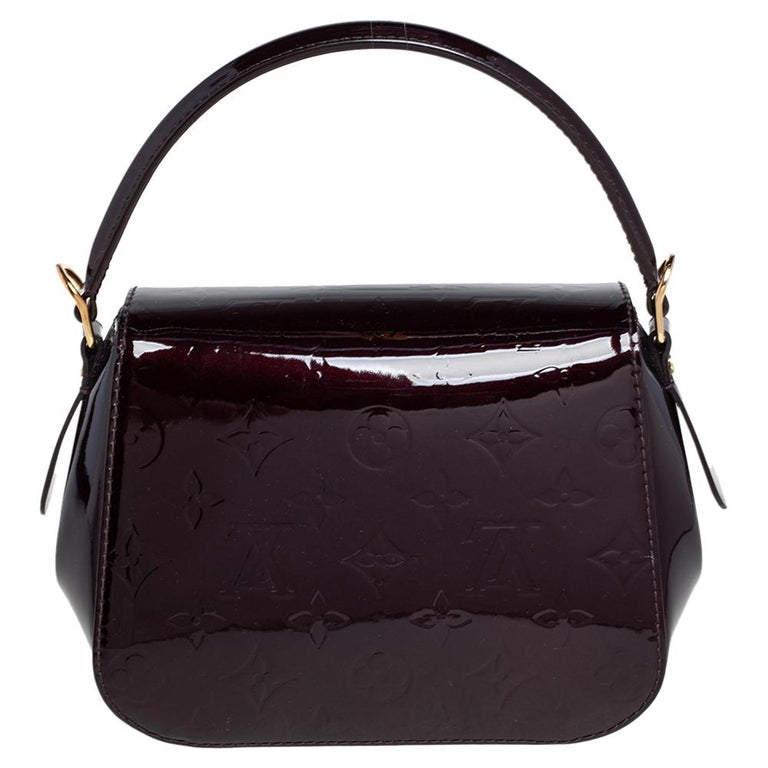 The Vernis range of handbags by Louis Vuitton is much loved and sought after worldwide. This Pasadena bag also comes in the signature LV Monogram Vernis. It is styled with a turn clasp on the LV motif and a well-sized fabric interior. The bag is