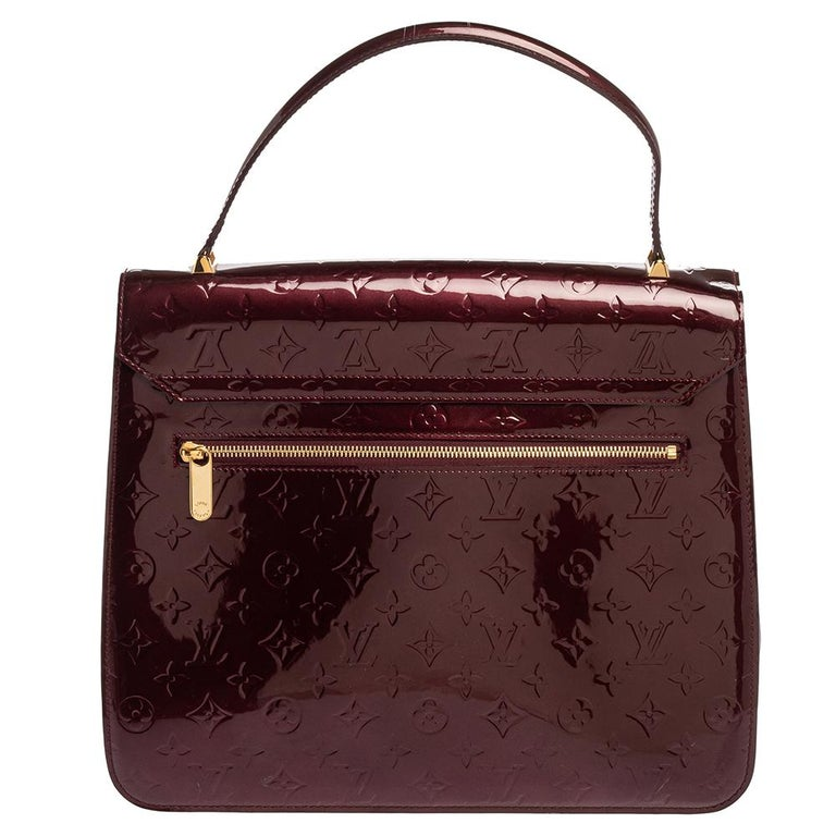 When you swing this gorgeous bag at your outings with friends or at social gatherings, it'll not only complement all your outfits but fetch you endless compliments. This Louis Vuitton creation has been beautifully crafted from patent leather and