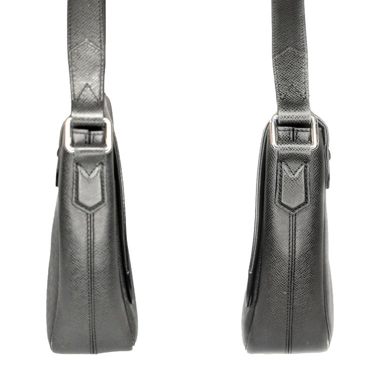 Black Louis Vuitton Ardoise Taiga Leather Roman MM Messenger Bag For Sale