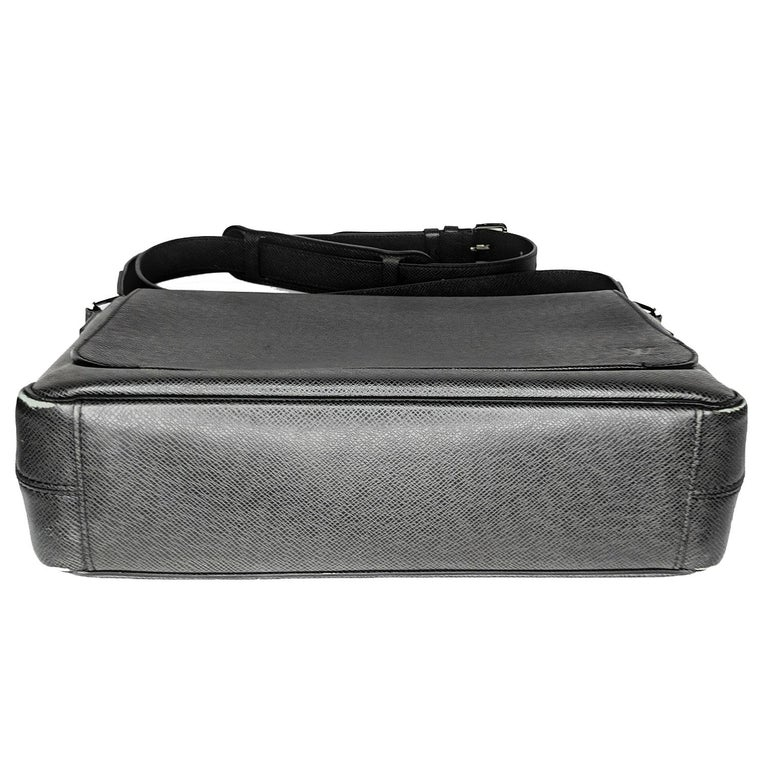 Louis Vuitton Ardoise Taiga Leather Roman MM Messenger Bag In Fair Condition For Sale In Scottsdale, AZ