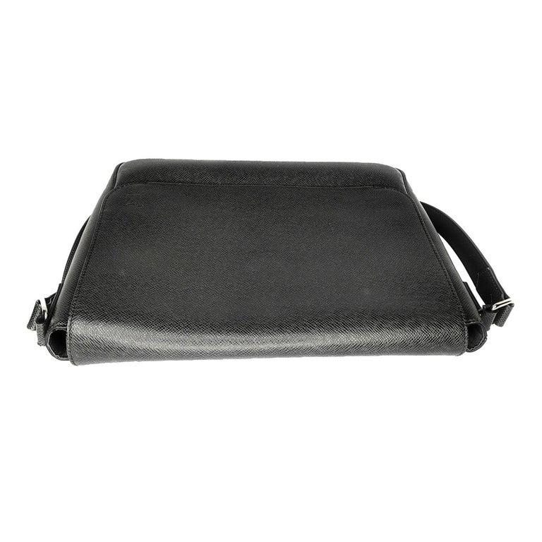 Women's or Men's Louis Vuitton Ardoise Taiga Leather Roman MM Messenger Bag For Sale