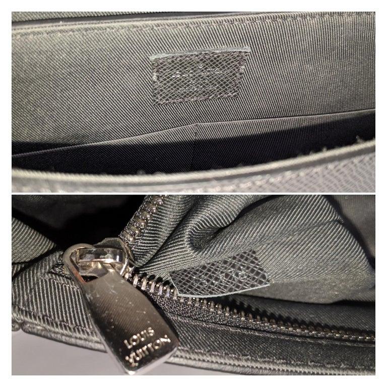 Louis Vuitton Ardoise Taiga Leather Roman MM Messenger Bag For Sale 2
