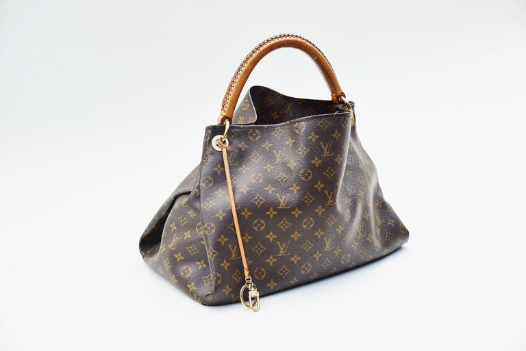 From the collection of Savineti we offer this Louis Vuitton Artsy: -	Brand: Louis Vuitton -	Model: Artsy -	Year: 2011 -	Serial Number: GI4191 -	Condition: Good  -	Materials: canvas, leather, gold-tone hardware  -       Length of the handle: