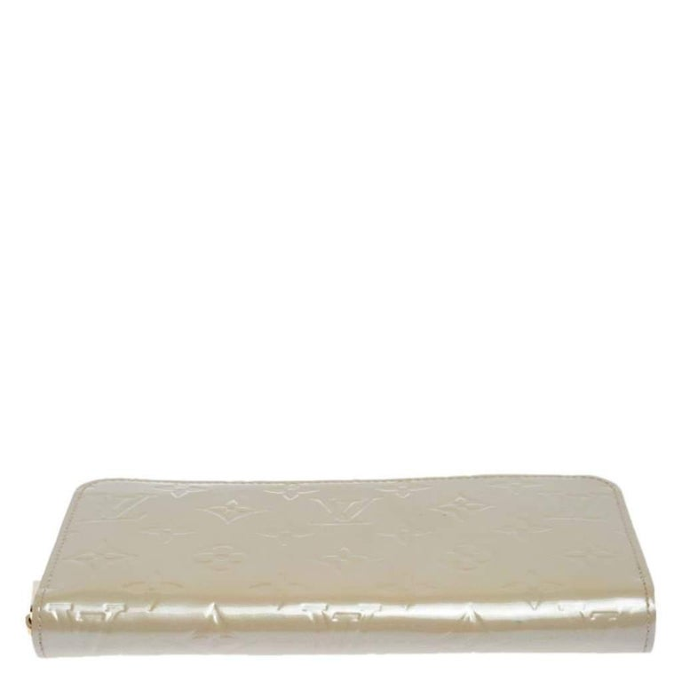 Women's Louis Vuitton Beige Monogram Vernis Zippy Wallet For Sale