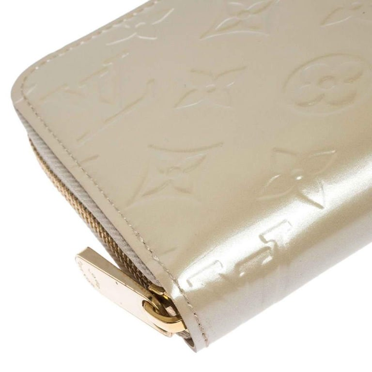 Louis Vuitton Beige Monogram Vernis Zippy Wallet For Sale 2