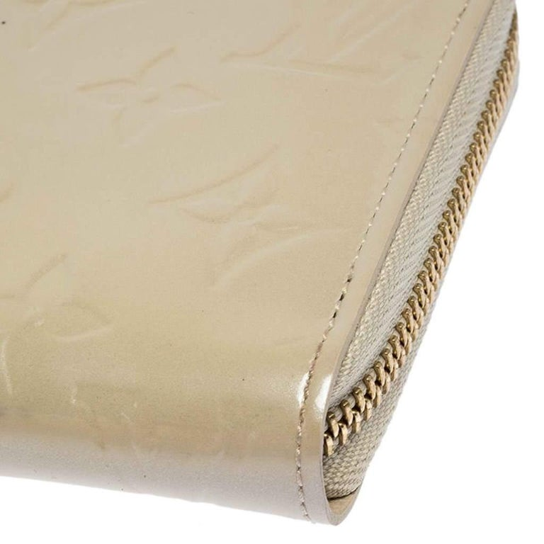 Louis Vuitton Beige Monogram Vernis Zippy Wallet For Sale 3