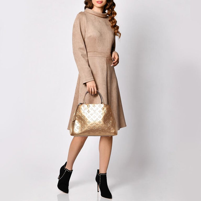A handbag should not only be good-looking but also functional, just like this Montaigne bag from Louis Vuitton. Crafted from Monogram Vernis leather, this gorgeous number has an open top that leads to a spacious fabric interior. It features two