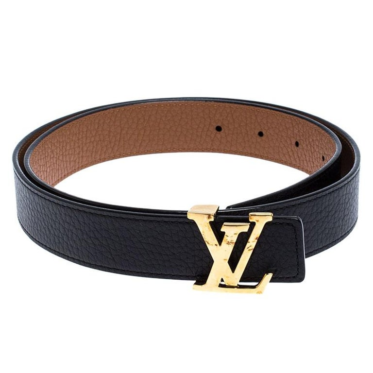 This Louis Vuitton belt has been crafted to a sleek and seamless finish. Made from leather, it features the polished LV logo buckle in gold-tone metal and loop holes for an adjustable fit. Its reversible feature allows you to wear it in black or