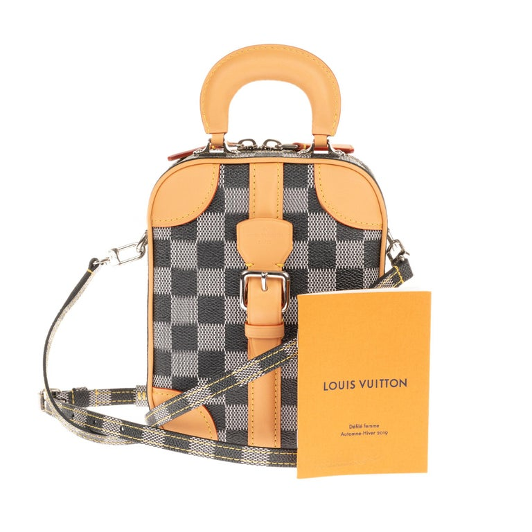 For the Fall-Winter 2019 collection, Nicolas Ghesquière is inspired by the spirit of the trip dear to Louis Vuitton to create this Vertical Bag. With a rigid handle and a metal buckle, it has a sophisticated retro look. Its interior can accommodate