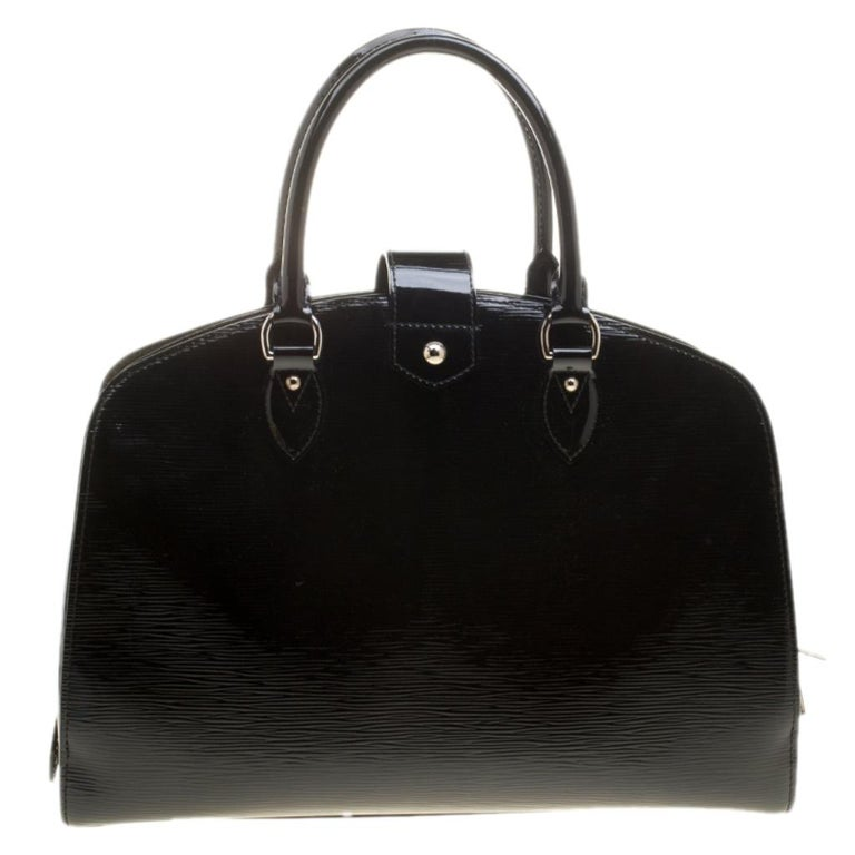 Pont Neuf is a notable descendant of Louis Vuitton's classic Steamer. Rendered in sturdy silhouette, this GM bag is crafted from black epi leather, and features top rolled handles with a strap that closes with a logo engraved buckle lock. It is