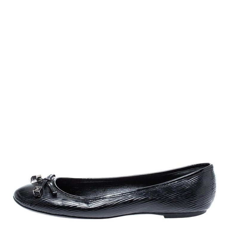 What woman doesn't own a good pair of black ballet flats? They're comfortable, reliable and go with any outfit. These Louis Vuitton black Debbie ballet flats will definitely be your go-to shoe for your everyday needs. They feature a textured black