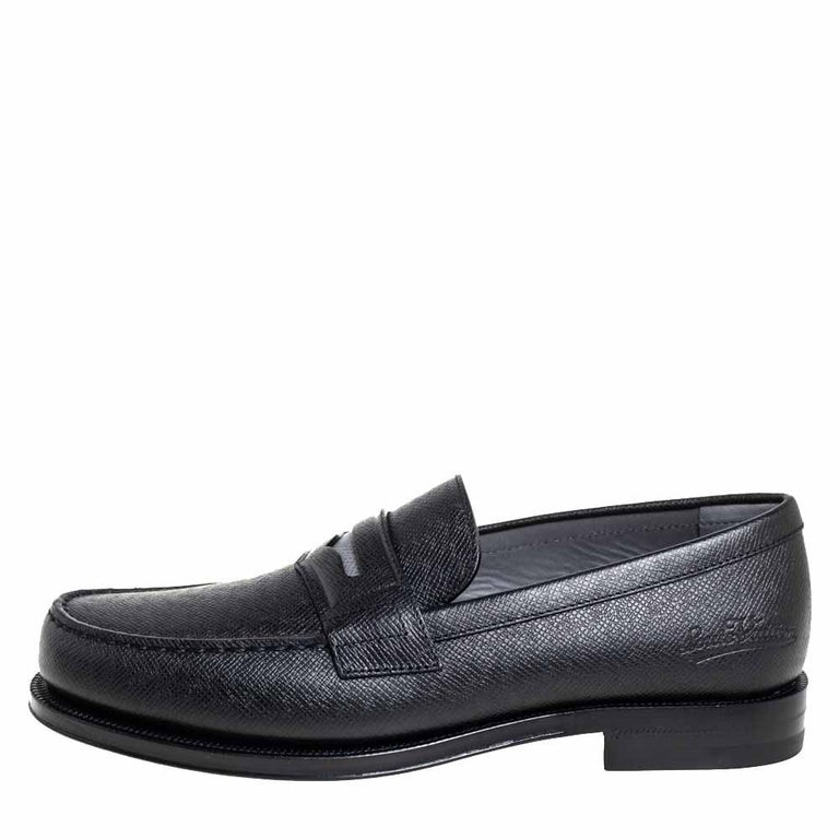 These timeless Sorbonne loafers will leave you looking smart and polished. Crafted from smooth black leather, they are adorned with penny keeper straps and neat stitches. The insoles are lined with leather and feature Louis Vuitton labels.