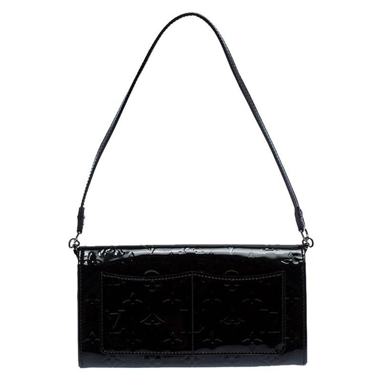 How utterly breathtaking is this Rossmore MM bag by Louis Vuitton! It is glossy, well-crafted and overflowing with style. From the way it has been crafted to the way it has been designed, this bag makes a loud fashion statement with every detail. It