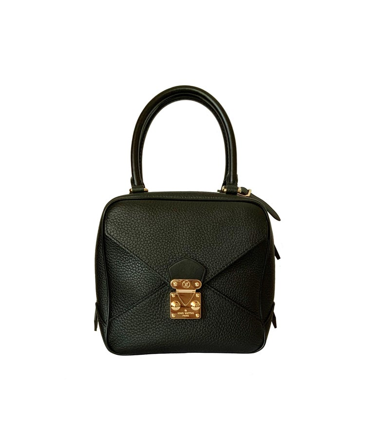 This adorable pre-owned new new cube-shaped Néo Square Bag combines modern design with traditional Louis Vuitton details like the iconic S-lock.  Crafted in a soft Taurillon leather it is extremely supple and light. It features a front flap opening