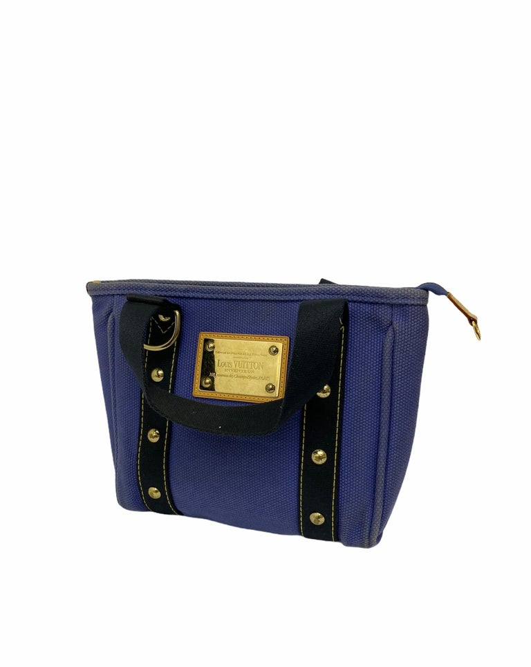 Louis Vuitton bag, Antigua Cabas PM model, made of blue canvas with golden hardware. Equipped with a zip closure, softly lined in blue striped fabric, roomy for the essentials. Equipped with two handles in blue fabric and an internal pocket without