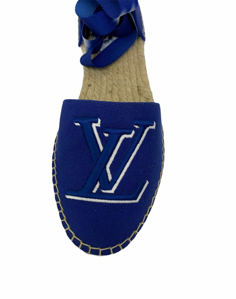 Espadrilles signed Louis Vuitton, Escale Starboard model, made of blue canvas and classic straw sole. Equipped with a lace to tie around the ankle. Size 37 1/2. They are in excellent condition, complete with original dustbag.