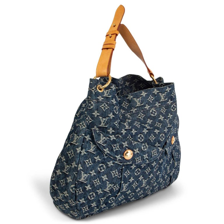 100% authentic Louis Vuitton Daily GM hobo shoulder-bag in stonewashed denim with the iconic LV pattern features an adjustable strap for shoulder-carry, vachetta trims and golden brass hardware. Has two front pockets with magnetic button closure.