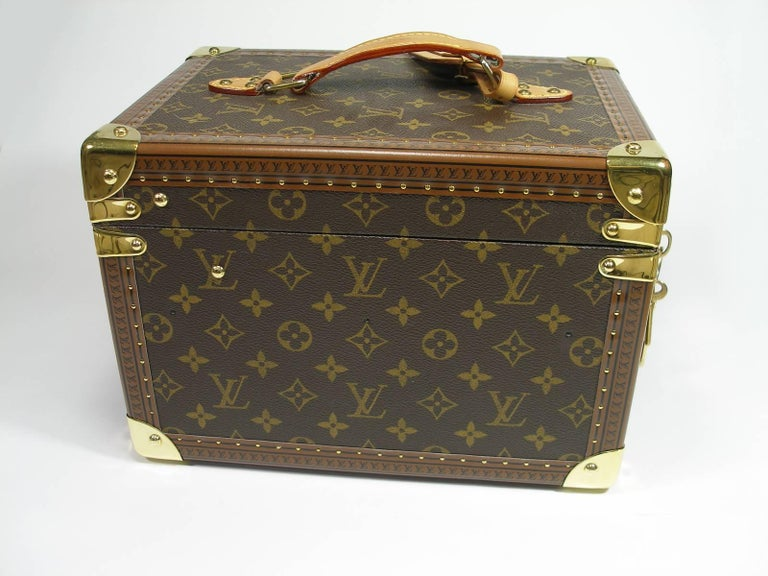 Magnifique Boite à Flacons Louis Vuitton in Monogram canvas is reinforced with golden brass pieces. with two keys and key ring and luggage tag Dimensions : Longueur 21  x 20 Hauteur x profondeur 30 cm Code date inside : 1093804 Rétail price 4850