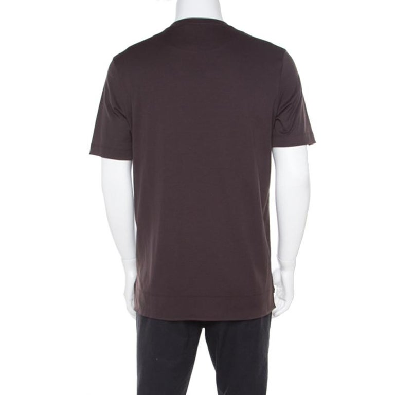 This T-shirt from Louis Vuitton not only looks stylish but is also quite comfortable. The brown T-shirt is made of 100% cotton and features a simple structured silhoutte. It flaunts the brand's signature Damier trim detailing on the chest pocket and